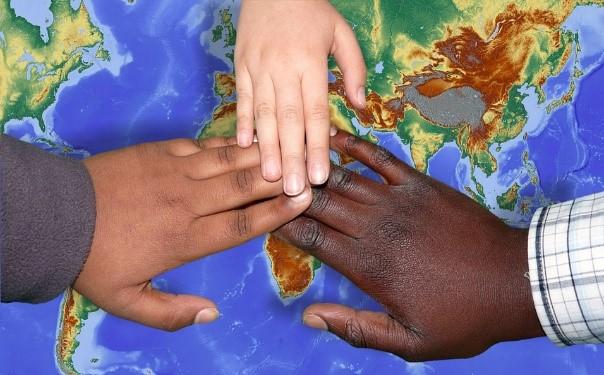 Manos de personas de diferentes étnias